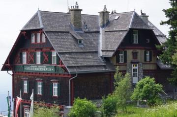 In diesem Alpenvereinshaus genießt ihr steirische Köstlichkeiten mit einmaligem Fernblick.