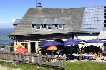 Direkt an der Bergstation lässt es sich bei steirischen Spezialitäten aus der Region gut rasten.