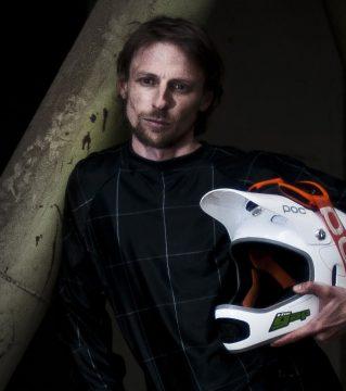 Michael Gölles ist Sportwissenschafter, 3-facher österr. Downhillmeister und kümmert sich mit The Gap Coaching um Fahrtechnik für Kinder, Jugendliche und Erwachsene. Am Schöckl ist er seit Beginn der 90er bikend unterwegs, unsere Trails kennt er wie seine Westentasche...
