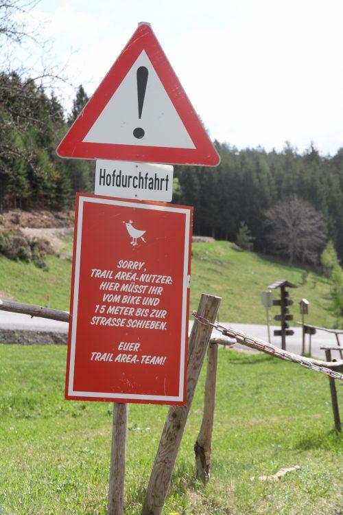 ...hey, wir haben über 11 Kilometer Gravitytrails - 10 Meter sind hart aber wir schaffen das...viel Spaß ;) ...we offer over 11 kilometers of pure gravity trails - we know it´s hard to walk for 10 meters...please help us with our landowners! Cheers, your STA team!