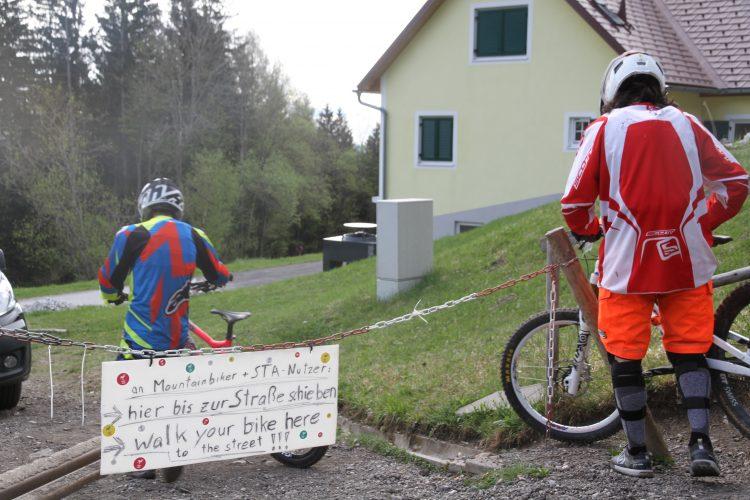 ...von der 2. Kette bis zur Straße müsst ihr vom Bike und schieben! ...walk from the 2nd chain to the street!
